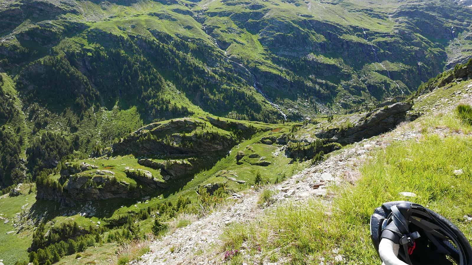 Existuje veľa vrcholov na lezenie. Priamo nad prihrávkou na východnú stranu je Corno dei Tre Signori (3360 m) a vedľa nej Monte Gaviola (3025). Na druhej strane cesty sa týči Monte Gavia (3223 m). Pokračovaním po ceste v smere na Bormio sa po necelých 3 km dostanete k pamätníku, odkiaľ začínajú trasy pre skupinu Punta San Matteo (3678 m). Do tejto skupiny patria Pizo Tresero (3594 m), Punta Pendranzini (3599), Cima Dosegu (3560) a niekoľko ďalších.