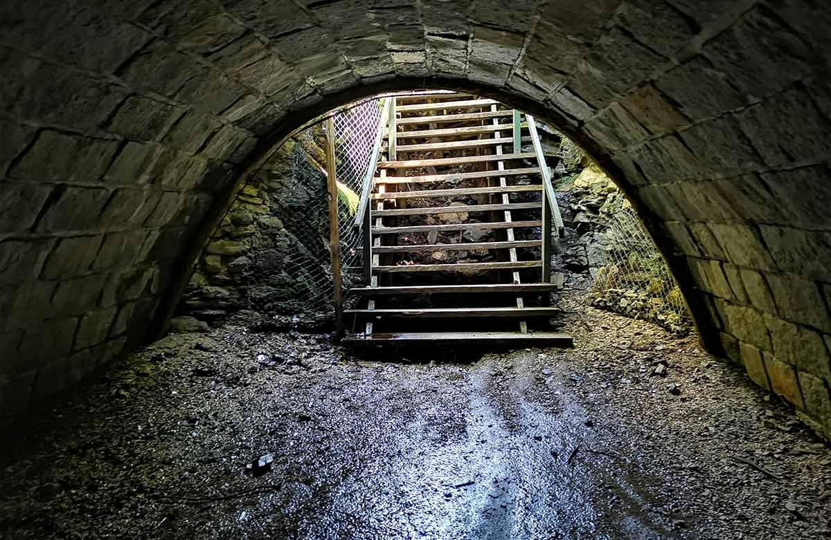 Cez Slavošovský tunel a Ochtinskú aragonitovú jaskyňu