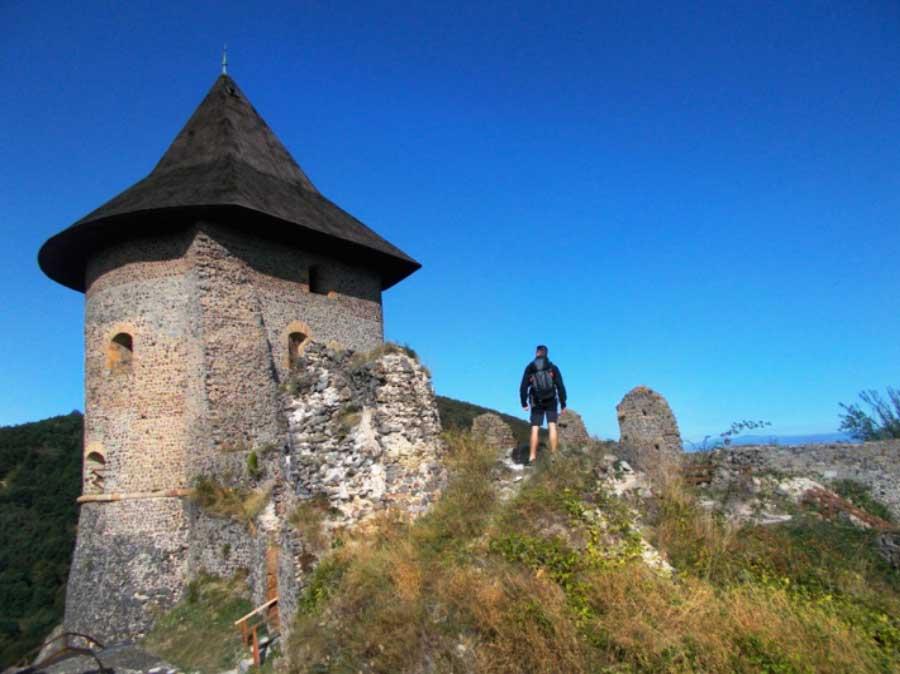Roadtrip Slovakia: deň 4. hrad Šomoška a skalné obydlia v Brhlovciach