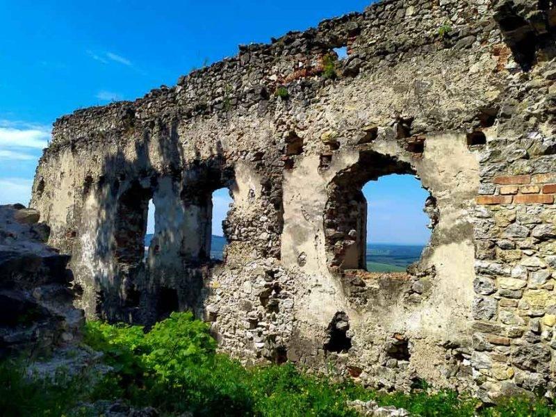 Plavecký hrad a Plavecká jaskyňa v Malých Karpatoch