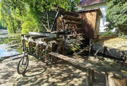 Vlakom a bicyklom: Medzi termálmi, vodnými mlynmi a krásou Klátovského ramena